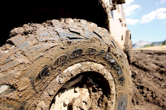 MT Offroad-Reifen müssen sich durch den Schlamm kämpfen können, deshalb sind sie etwas grobstolliger ausgelegt, müssen aber auch die S-Kennung aufweisen (Foto: Goodyear)